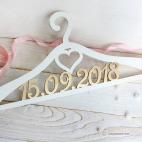 вешалки и плечики из дерева для свадьбы